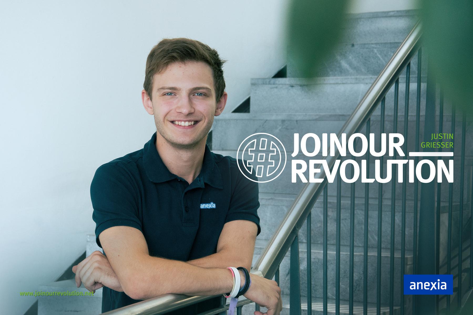 Titelbild Justin auf Treppe während Praktikum
