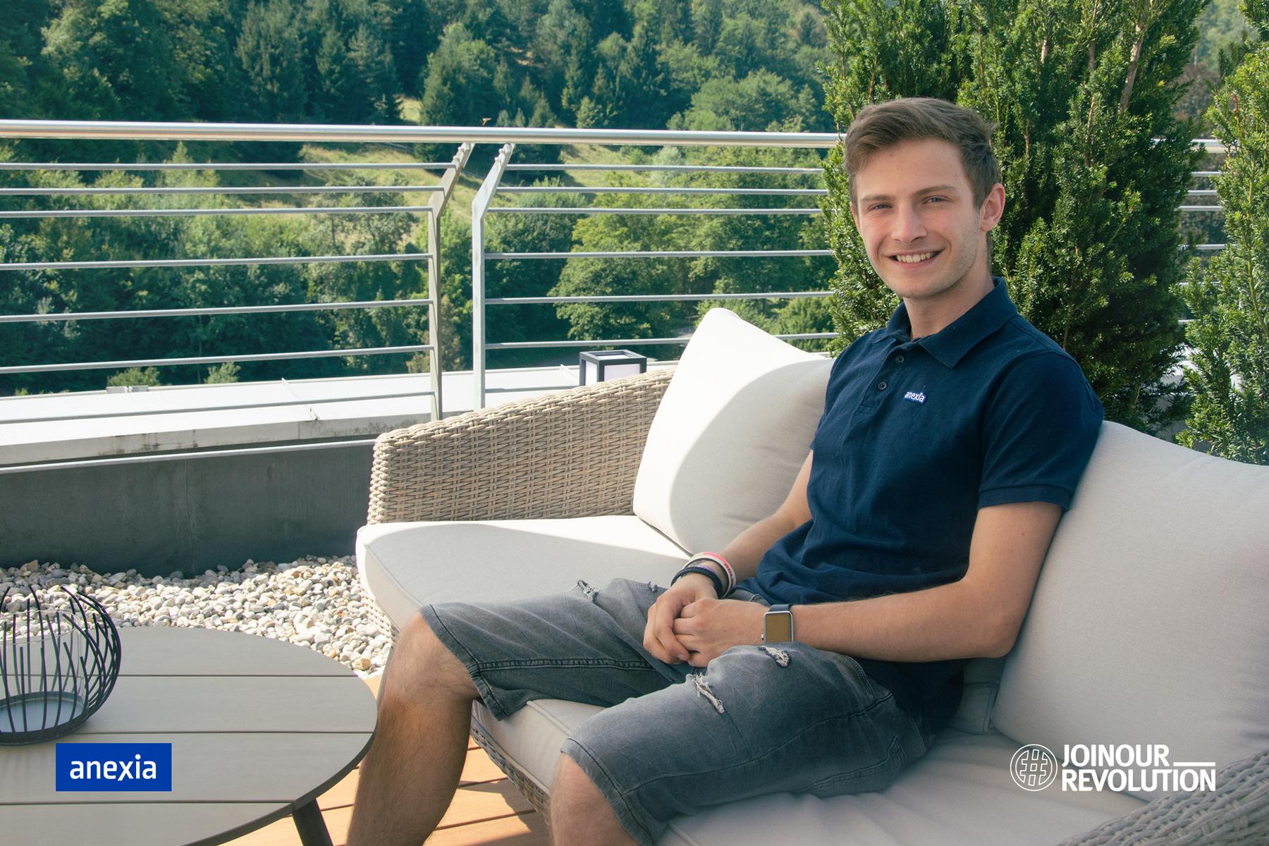 Justin auf Terrasse während Praktikum